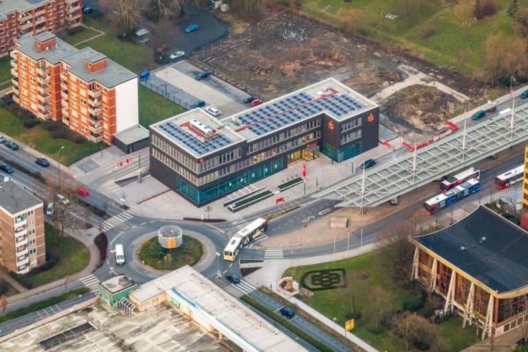 Sparkasse Bergkamen-Bönen und Busbahnhof ZOB mit Kreisverkehr Hubert-Biernat-Straße Töddinghauser Straße in Bergkamen in NRW