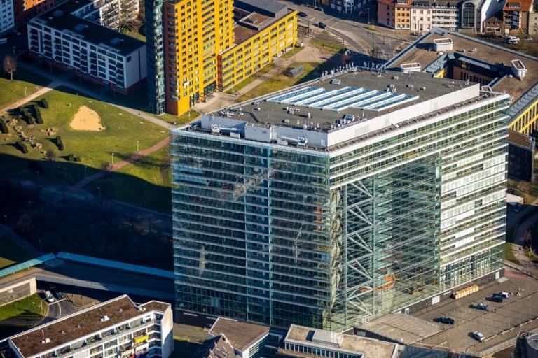 Düsseldorfer Stadttor Bürohochhaus im Medienhafen Düsseldorf in Düsseldorf in NRW. Düsseldorf, Rheinland, Nordrhein-Westfalen, Deutschland