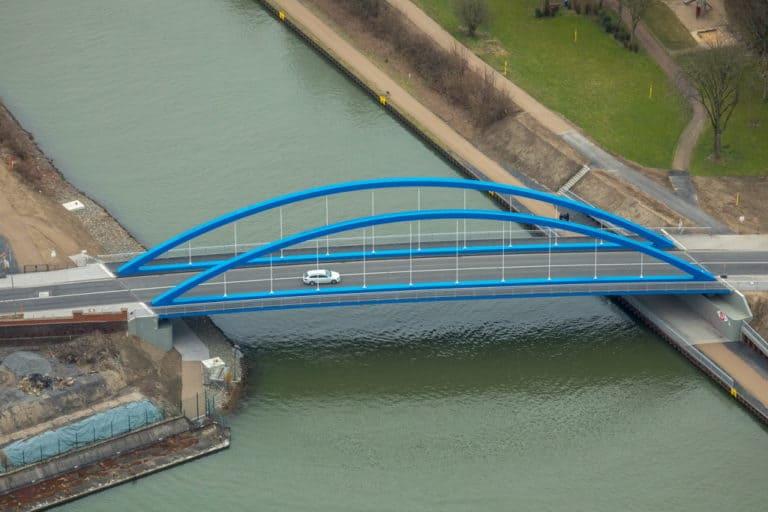 Neue Stahlbogenbrücke Gartroper Straße Obermeiderich in Duisburg in Nordrhein-Westfalen