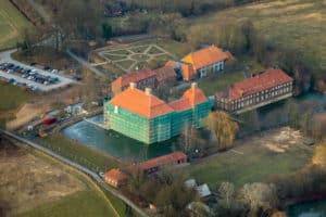 Renovierung Schloss Oberwerries mit eingerüsteter Westfassade und Gräfte an der Lippe in Hamm in NRW