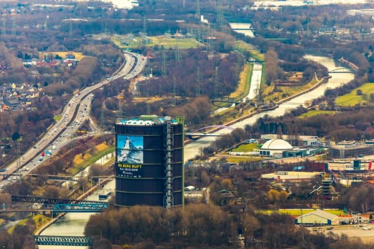 Gasometer Oberhausen mit dem Plakat zur Ausstellung Der Berg ruft am Rhein-Herne-Kanal und der Emscher, in Oberhausen in Nordrhein-Westfalen