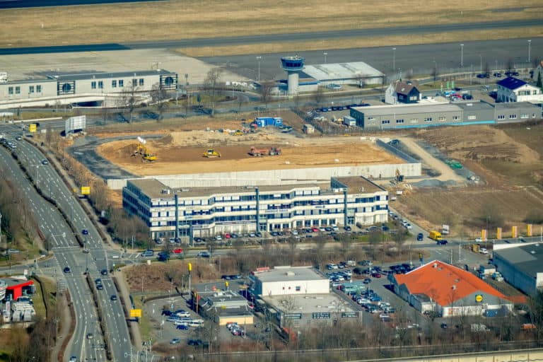 Neubaufeld Nordstraße Chaussee im Gewerbegebiet Nordstraße am Dortmunder Flughafen an der B1 und Holzwickeder Chaussee Holzwickede in NRW. Holzwickede, Ruhrgebiet, Nordrhein-Westfalen, Deutschland