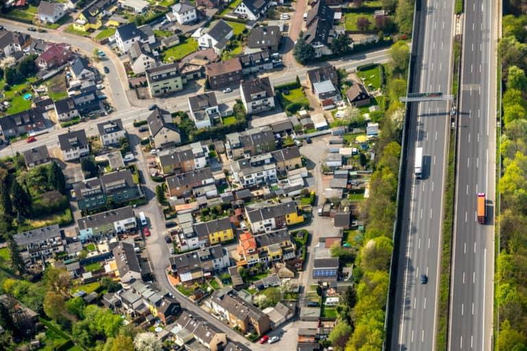 Lärmschutzwände zur Autobahn A2 mit Wohngebiet Mehrfamilienhäuser Dreieck in Kamen in NRW
