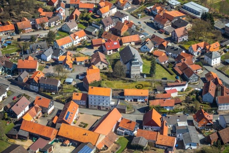 gemeinde Vöhl mit Martinskirche Vöhl in Vöhl, Landkreis Waldeck-Frankenberg in Hessen, Edersee und im Naturpark Kellerwald-Edersee, Nationalpark Kellerwald-Edersee, Hessen, Deutschland