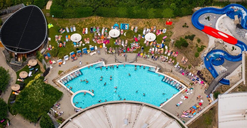 Außenbecken und Kinderruts he vom Aquamare in Hamm, blaues Badewasser, Hamm, Ruhrgebiet, Nordrhein-Westfalen, Deutschland