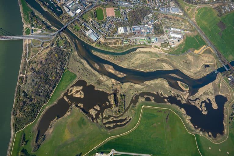 Luftbild der Lippemündung zwischen Lippeschlösschen und Rheinbrücke alse Seenlandschaft im Süden von Wesel am Niederrhein im Ruhrgebiet im Bundesland Nordrhein-Westfalen, Deutschland. Der Fluß Lippe mündet bei Wesel in den Rhein.