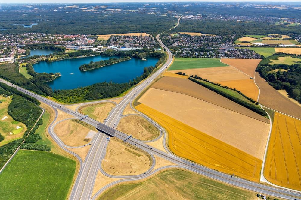 Luftbildfotograf Hans Blossey Duisburg Luftbild Autobahnkreuz Autobahn A59 und B288 Krefelder Straße , Autobahn A524, Düsseldorf , Duisburg, Ruhrgebiet, Nordrhein-Westfalen, Deutschland